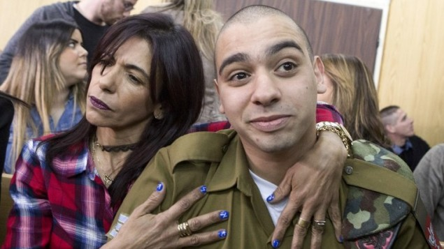 إيلور عزاريا خلال حضوره لجلسة النطق بالحكم في المحكمة العسكرية في تل أبيب، 21 فبراير، 2017 (AFP/POOL/ JIM HOLLANDER)