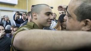 الجندي الإسرائيلي إيلور عزاريا، الذي أدين بالقتل غير العمد لجريح فلسطيني، خلال بداية جلسة النطق بالحكم في حقه في قاعة المحكمة العسكرية في تل أبيب، 21 فبراير، 2017. (AFP/POOL/ JIM HOLLANDER)