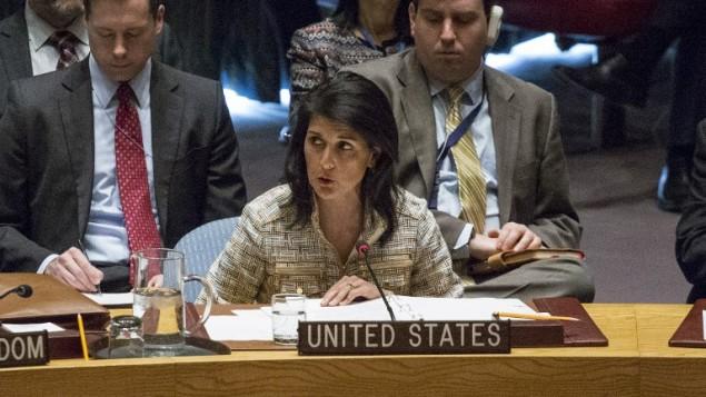 السفيرة الأمريكية لدى الأمم المتحدة نيكي هايلي خلال حديث لها في جلسة مجلس الأمن في 21 فبراير، 2017 في مقر الأمم المتحدة في نيويورك.  (AFP PHOTO / KENA BETANCUR)