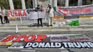 اشخاص يتظاهرون ضد زيارة وزير الخارجية الامريكي ريكس تيلرسون ووزير الامن القومي الامريكي جون كيلي لمدينة مكسيكو، 23 فبراير 2017 (PEDRO PARDO / AFP)