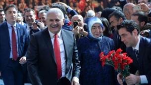 رئيس الوزراء التركي بن علي يلديريم عند وصوله تجمع في ملعب في انقرة للدعوة للتصويت مع التعديلات الدستورية في الاستقتاء، 25 فبراير 2017 (ADEM ALTAN / AFP)