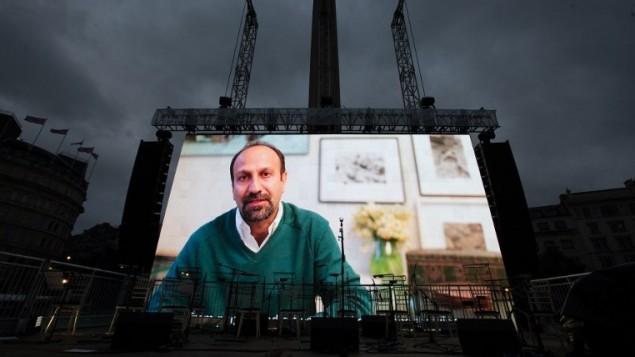 المخرج الإيراني اصغر فرهادي يتحدث عبر الفيديو خلال عرض مجاني لفيلمه الحائز على جائزة الأوسكار، 'البائع'، في لندن، 26 فبراير 2017 (AFP PHOTO / Daniel LEAL-OLIVAS)
