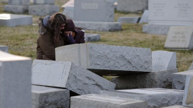 مقبرة جبل الكرمل في فيلادلفيا بعد عملية التخريب، 26 فبراير 2017 (AFP/DOMINICK REUTER)