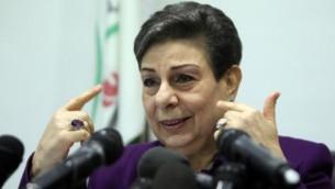 حنان عشراوي، عضو اللجنة التنفيذية لمنظمة التحرير الفلسطينية، خلال مؤتمر صحفي في مدينة رام الله في الضفة الغربية 24 فبراير، 2015. (AFP/ABBAS MOMANI)