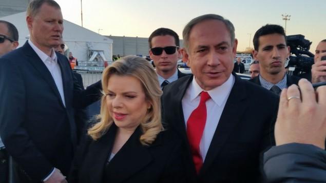 رئيس الوزراء بنيامين نتنياهووزوجته سارة قبل توجههم الى لندن، 5 فبراير 2017 (Raphael Ahren/Times of Israel)