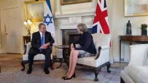 رئيس الوزراء بينيامين نتنياهو خلال لقائه بنظيرته البريطانية تيريزا ماي، في لندن، الإثنين، 6 فبراير، 2017. (Raphael Ahren/Times of Israel)