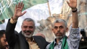قائد حماس حينها اسماعيل هنية مع الاسير المحرر يحيى السنوار، احد مؤسسي الجناح العسكري للحركة، في خان يونس، 21 اكتوبر 2011 (SAID KHATIB / AFP)