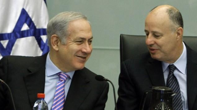 تساحي هنغبي (من اليمين) ورئيس الوزراء بينيامين نتنياهو. (Miriam Alster/Flash90)
