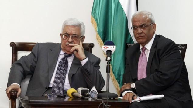 رئيس السلطة الفلسطينية محمود عباس (من اليسار) وكبير المفاوضين الفلسطينيين صائب عريقات. (Uri Lenz/Flash90)
