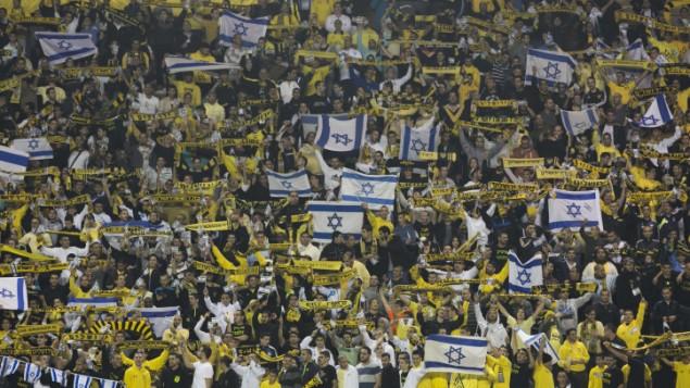 مشجعي فريق بيطار القدس في استدار تيدي في القدس عام 2013 (Yonatan Sindel/Flash90)