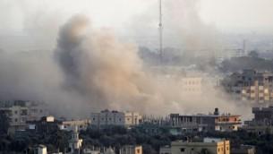صورة للتوضيح: تصاعد الدخان بعد انفجار في نفق تهريب تم حفره تحت الحدود بين غزة ومصر جنوبي قطاع غزة، 31 أغسطس، 2013. (Abed Rahim Khatib/Flash90)