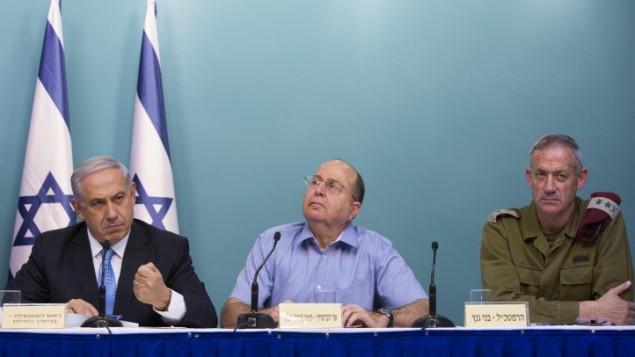 رئيس الوزراء بنيامين نتنياهو (يسار)، وزير الدفاع حينها موشيه يعالون، ورئيس هيئة اركان الجيش حينها بيني غانتس،خلال مؤتمر صحفي في القدس بعد عملية الجرف الصامد، 27 أغسطس 2014 ( Yonatan Sindel/Flash90)