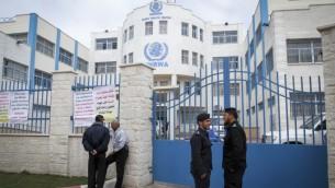 الشرطة الفلسطينية تحرس خلال حفل افتتاح مركز طبي في رفح، قطاع غزة، 11 مارس 2015 (Abed Rahim Khatib/Flash90)