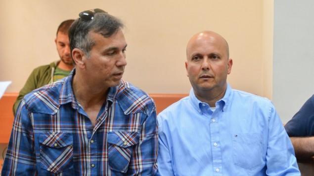 رئيس بلدية أشكلون ايتمار شمعوني (من اليسار) خلال مثوله أمام محكمة الصلح في ريشون لتسيون، 10 مارس، 2016. (Flash90)