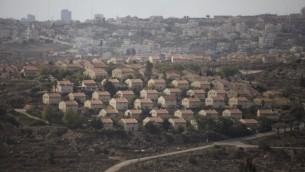 صورة لوحدات سكنية في مستوطنة عوفرا الإسرائيلية وسط الضفة الغربية، 17 نوفمبر، 2016. (Lior Mizrahi/Flash90)