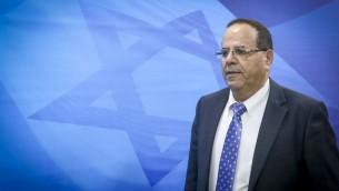 وزير التعاون الاقليمي حينها أيوب قرا يصل للجلسة الاسبوعية للحكومة في مكتب رئيس الوزراء في القدس، 4 ديسمبر 2016 (Marc Israel Sellem)