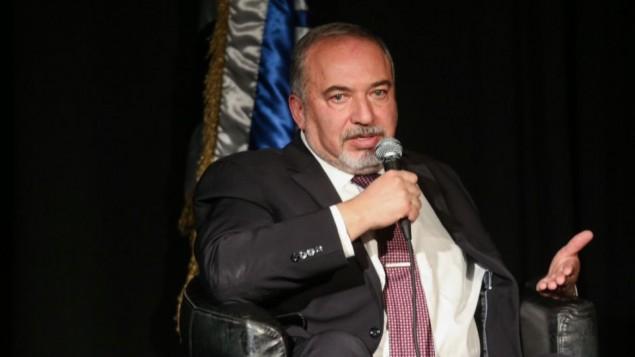 وزير الدفاع أفيغدور ليبرمان في مؤتمر لنقابة المحامين في إسرائيل في تل أبيب، 20 ديسمير، 2016. (Flash90)