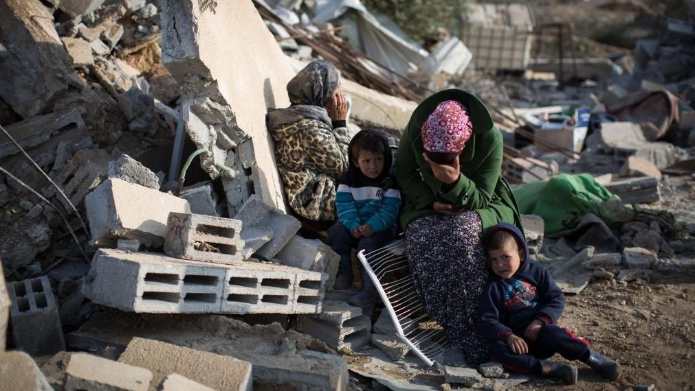 امرأة بدوية تندب هدم منزلها في قرية أم الحيران بالنقب 18 يناير 2017 (Hadas Parush/Flash90)