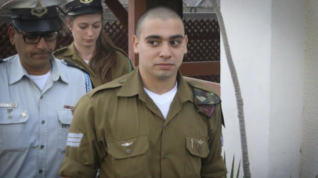 إيلور عزاريا عند وصوله إلى قاعة المحكمة في مقر الجيش الإسرائيلي في تل أبيب، 24 يناير، 2017. (Flash90)