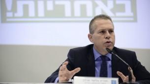 وزير الأمن العام غلعاد إردان خلال مؤتمر صحفي في تل ابيب، 26 يناير 2017. (Tomer Neuberg/Flash90)