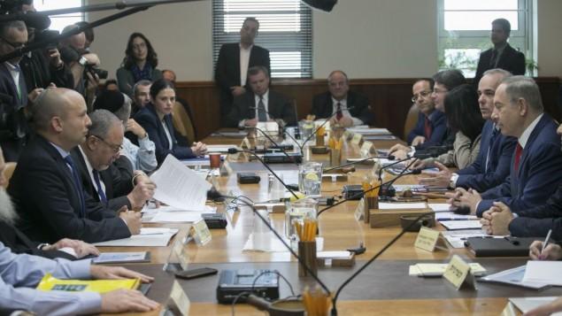 رئيس الوزراء بينيامين نتنياهو يترأس الجلسة الأسبوعية للحكومة في مكتب رئيس الوزراء في القدس، 29 يناير، 2017. (Ohad Zwigenberg/POOL)