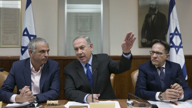 بينيامين نتنياهو، وسط الصورة، في الجلسة الأسبوعية للحكومة في القدس، 19 فبراير، 2017. (Olivier Fitoussi/POOL)