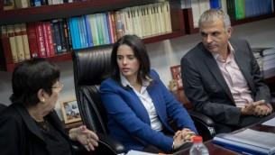 من اليسار: ميريام ناؤور، ايليت شاكيد وموشيه كحلون يتباحثون تعيين قضاة جدد لمكحكمة العليا، 22 فبراير 2017 (Yonatan Sindel/Flash 90)