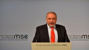 وزير الدفاع أفيغدرو ليبرمان خلال كلمة ألقاها في مؤتمر ميونيخ للأمن في 19 فبراير، 2017. (Ariel Hermoni/Defense Ministry)