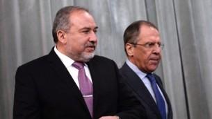 وزير الخارجية حينذاك أفيغدور ليبرمان (من اليسار) ونظيره الروسي سيرغي لافروف يصلان إلى مؤتمر صحفي مشترك بعد اجتماعهما في موسكو، 26 يناير، 2015. (photo credit: AFP/Vasily Maximov)
