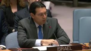 السفير الإسرائيلي لدى الأمم المتحدة، داني دنون، يتحدث امام مجلس الأمن التابع للأمم المتحدة بعد تمرير قرار ضد المستوطنات في 23 ديسمبر، 2016. (UN Screenshot)