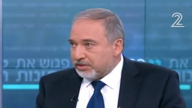 وزير الدفاع أفيغدور ليبرمان، خلال مقابلة مع القناة الثانية، 11 فبراير، 2017. (Channel 2 screenshot)