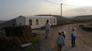 عائلة يهودية في مستوطنة عادي عاد، 27 نوفمبر، 2003. (Flash90)