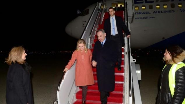 رئيس الوزراء بينيامين نتنياهو وزوجته سارة يقلعان إلى الولايات المتحدة للإجتماع بالرئيس الأمريكي دونالد ترامب، 13 فبراير، 2017. (Avi Ohayon/GPO)