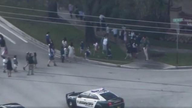 إخلاء أطفال من مدريسة يهودية في مدينة ديفي بولاية فلوريدا، 27 فبراير، 2017. (screen capture: WPLGLocal10/Facebook)