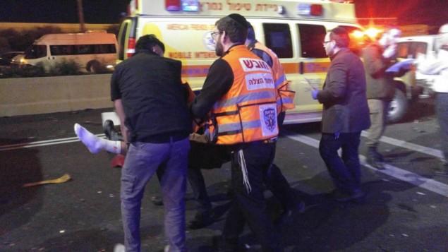 مسعفون يقدمون العلاج لإسرائيلي مصاب في هجوم مركبة شمال القدس، 2 فبراير، 2017. (United Hatzalah)