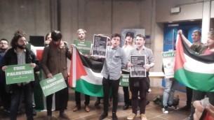 متظاهرين مناصرين لفلسطين يؤدوا الى الغاء مداخلة من قبل السفير الإسرائيلي الى ايرلندا في جامعة ترينيتي كوليدخ في دبلين، 20 فبراير 2017 (Screen capture: Facebook video)