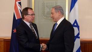 رئيس الوزراء بينيامين نتنياهو ووزير الخارجية النيوزيلندي موراي ماكولي في القدس، 3 يونيو، 2015. (Flash90)