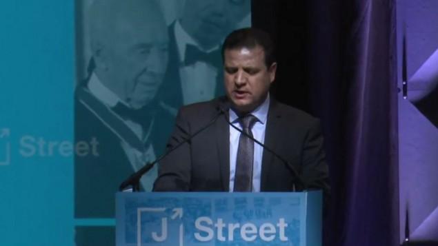 رئيس القائمة العربية المشتركة ايمن عودة يتحدث خلال مؤتمر 'جاي ستريت' السنوي في واشنطن، 26 فبراير 2017 (YouTube screen capture)