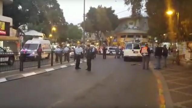 الشرطة خارج السوق المفتوح في بيتح تيكفا بعد هجوم إطلاق نار، 9 فبراير، 2017. (screen capture: YouTube)