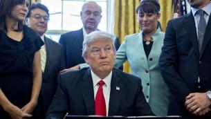 الرئيس الامريكي دونالد ترامب يوقع مرسوم تنفيذي في المكتب البيضاوي، 30 يناير 2017 (Andrew Harrer/Pool/Getty Images)