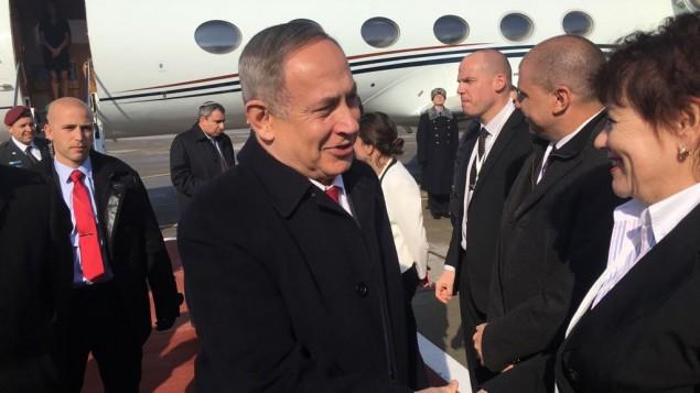 رئيس الوزراء بينيامين نتنياهو يصل إلى مطار موسكو قبيل لقائه بالرئيس الروسي فلاديمير بوتين، 9 مارس، 2016. (courtesy)