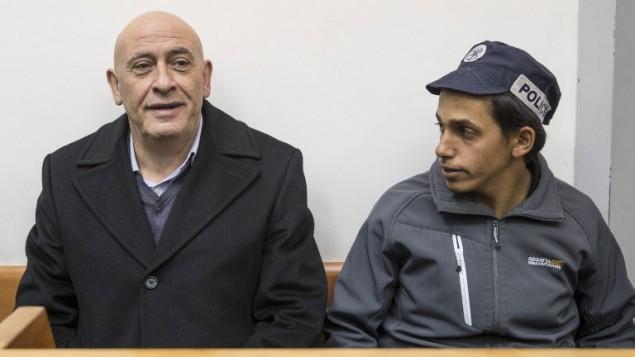 عضو الكنيست باسل غطاس خلال جلسة في للبت في تمديد إعتقاله في محكمة الصلح في ريشون لتسيون، 23 ديسمبر، 2016، بعد يوم من إعتقاله بتهمة تهريب هواتف محمولة لأسرى فلسطينيين في إسرائيل. (AFP/Jack Guez)