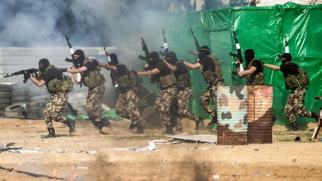 عناصر في القوات المسلحة التابعة لحركة حماس خلال حفل تخريج في مدينة غزة، 22 يناير، 2017. (AFP PHOTO / MAHMUD HAMS)