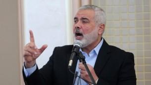رئيس وزراء حماس السابق في قطاع غزة اسماعيل هنية خلال افتتاح مسجد جديد في رفح، جنوب القطاع، 24 فبراير 2017 (AFP PHOTO / SAID KHATIB)