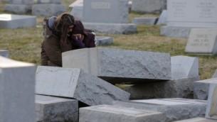 ميلاني ستاينهادرت تواسي بيكا ريخمان في مقبرة 'ماونت كرمل' اليهودية، 26 فبراير، 2017، في فيلادلفيا. (AFP/DOMINICK REUTER)