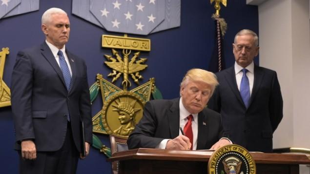 للتوضيح: الرئيس الأمريكي دونالد ترامب يوقع على أمر تنفيذي في 27 يناير، 2017 في البنتاغون، العاصمة واشنطن. (AFP Photo/Mandel Ngan)