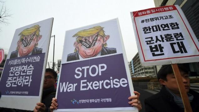 متظاهرن يرفعون لافتات ضد التدريبات العسكرية الامريكية الكورية الجنوبية المشتركة امام السفارة الامريكية في سيول، 1 مارس 2017 (JUNG YEON-JE / AFP)