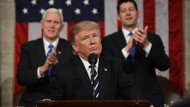 الرئيس الأمريكي بعد إنهاء خطابه الأول أمام جلسة مشتركة للكونغرس في قاعة مجلس النواب، العاصمة الأمريكية واشنطن، 28 فبراير، 2017. (AFP PHOTO / POOL / JIM LO SCALZO)