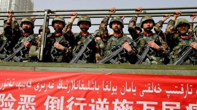 عناصر الشرطة العسكرية الصينية خلال تجمع مكافحة للارهاب، 27 فبراير 2017 (AFP Photo/STR)