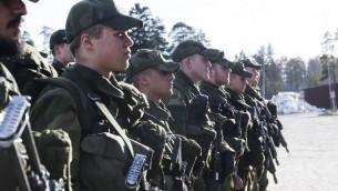 مجندون سويديون خلال فحص، 2 مارس 2017 (FREDRIK SANDBERG / TT NEWS AGENCY / AFP)